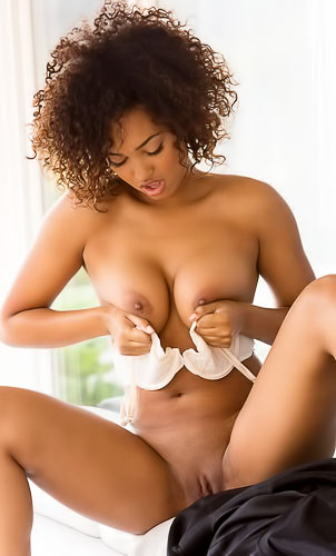 Curvy, ebony babe Noel Monique strips it all off